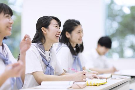 笑って授業を受ける高校生たちの写真素材 [FYI02969527]