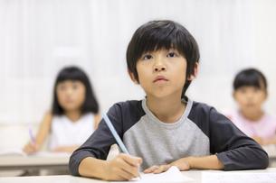 塾で授業を受ける男の子の写真素材 [FYI02969528]