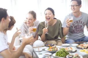 ホームパーティーを楽しむ外国人と日本人の写真素材 [FYI02969531]