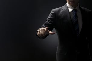 指を指すポーズをとるビジネス男性の手元の写真素材 [FYI02969543]