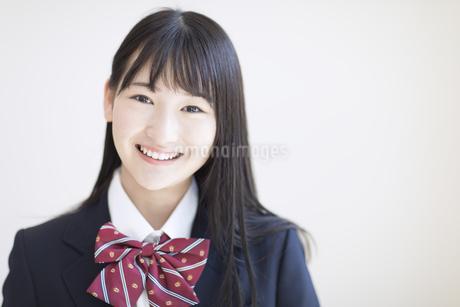 カメラ目線で笑顔の女子高校生の写真素材 [FYI02969544]