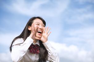 青空に叫ぶ女子高校生の写真素材 [FYI02969545]