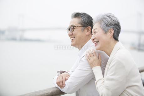デッキで遠くを見るシニア夫婦の写真素材 [FYI02969549]