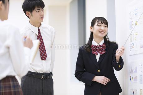 発表をする女子高校生の写真素材 [FYI02969551]