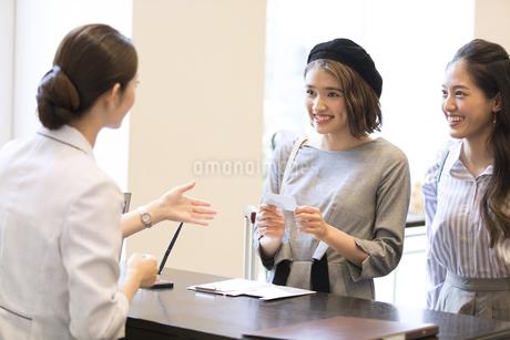 フロントでカードを持つ女性の写真素材 [FYI02969554]