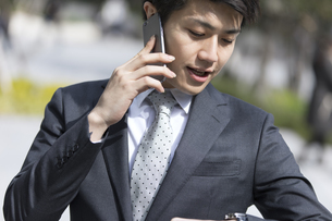 スマートフォンで通話するビジネス男性の写真素材 [FYI02969555]