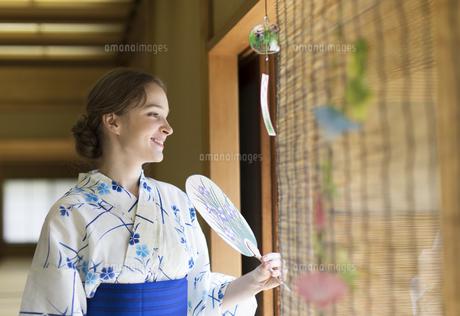 うちわで扇ぐ浴衣を着た外国人観光客の写真素材 [FYI02969558]