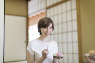 和菓子を食べる外国人観光客の写真素材 [FYI02969559]