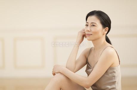 座って遠くを見つめる女性の写真素材 [FYI02969561]