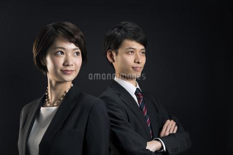 遠くを見つめるビジネス男女の写真素材 [FYI02969566]