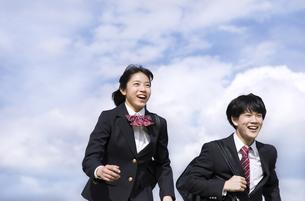 青空をバックに走る高校生たちの写真素材 [FYI02969567]