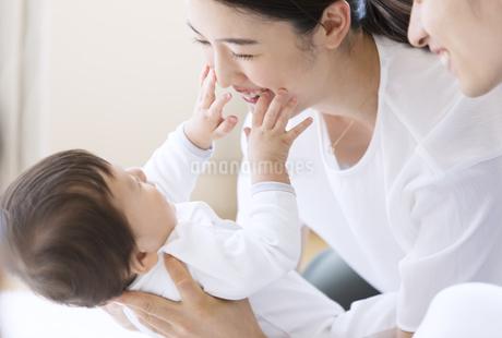 赤ちゃんを抱き上げる母親の写真素材 [FYI02969568]