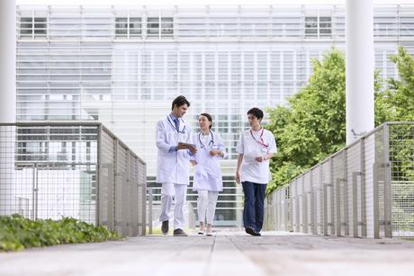 歩きながら会話をする医師たちの写真素材 [FYI02969569]