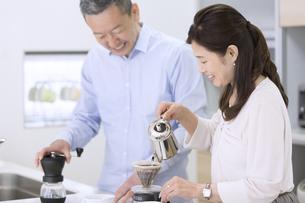 コーヒーを淹れる夫婦の写真素材 [FYI02969570]