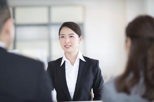 打ち合わせをするビジネス女性の写真素材 [FYI02969572]