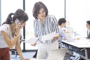 打ち合わせをする2人のビジネス女性の写真素材 [FYI02969574]
