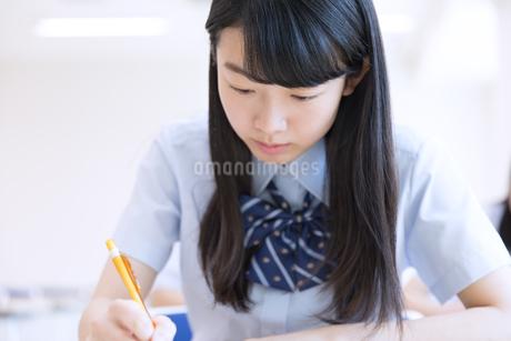 テストを受ける女子高校生の写真素材 [FYI02969579]