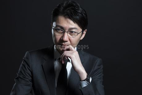 考え込むビジネス男性の写真素材 [FYI02969582]