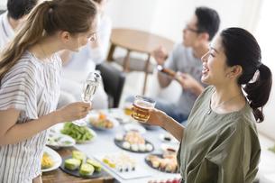 ホームパーティーで話しをする外国人と日本人の写真素材 [FYI02969586]