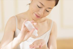 化粧水を手に取る女性の写真素材 [FYI02969587]