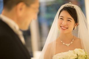 父親に微笑む新婦の写真素材 [FYI02969588]