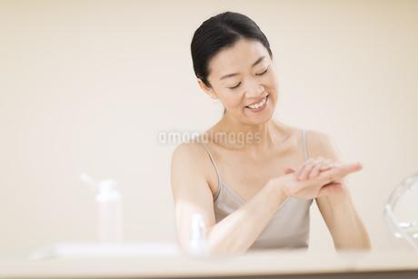 手をマッサージする女性の写真素材 [FYI02969592]