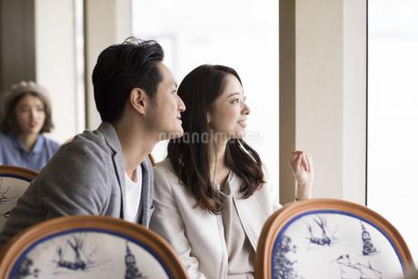 遠くを見る夫婦の写真素材 [FYI02969594]