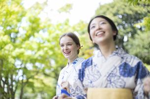 浴衣を着た外国人観光客と日本人女性の写真素材 [FYI02969600]
