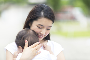 赤ちゃんを抱く母親の写真素材 [FYI02969601]