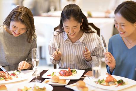 レストランで食事をする3人の女性の写真素材 [FYI02969605]