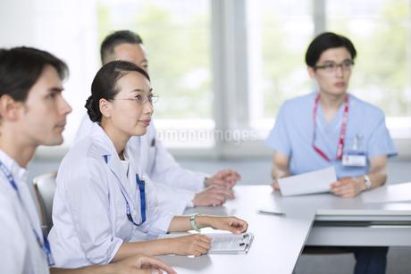 会議中の医師たちの写真素材 [FYI02969606]