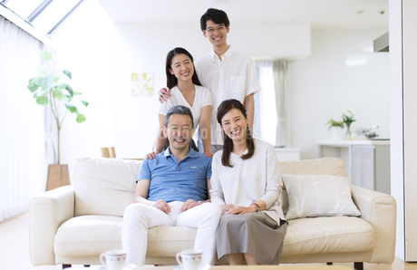 集合して笑顔の家族の写真素材 [FYI02969609]