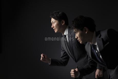 駆け出すポーズをとるビジネス男性2人の写真素材 [FYI02969615]