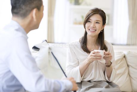 ソファーに座り会話をする女性の写真素材 [FYI02969620]