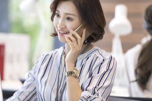 電話をするビジネス女性の写真素材 [FYI02969622]
