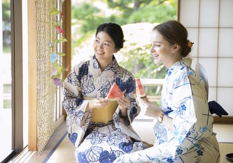 スイカを持つ外国人観光客と日本人女性の写真素材 [FYI02969628]