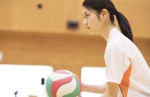 バレーボールをする女子学生の写真素材 [FYI02969636]