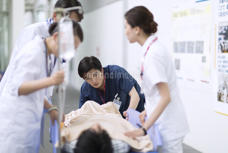 救急患者を運ぶ医師と看護師の写真素材 [FYI02969639]