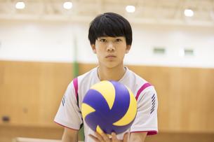 バレーボールをする男子学生の写真素材 [FYI02969649]