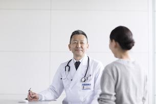 患者に問診をする男性医師の写真素材 [FYI02969654]