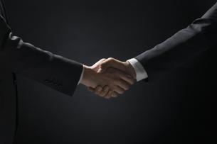 バトンを渡すビジネス男性の手元の写真素材 [FYI02969656]