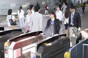 駅の改札を通過する女子高校生の写真素材 [FYI02969657]