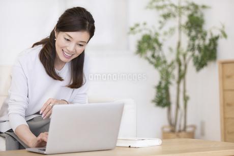 パソコンを操作する女性の写真素材 [FYI02969659]