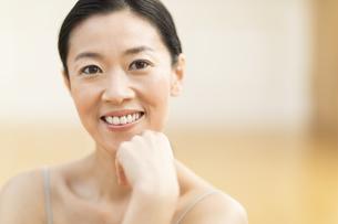 顎に手を添え微笑む女性の写真素材 [FYI02969660]