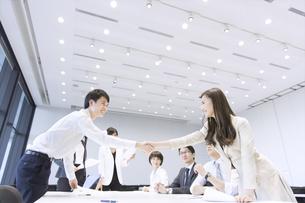 会議で握手をするビジネス男女の写真素材 [FYI02969662]