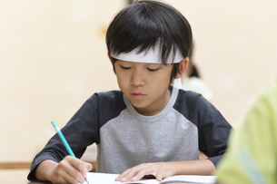 塾の合宿で授業を受ける男の子の写真素材 [FYI02969664]