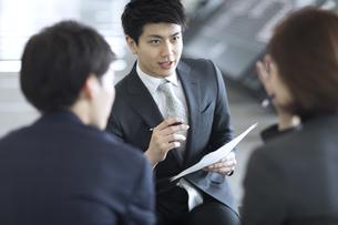 打ち合わせをするビジネス男性の写真素材 [FYI02969669]