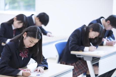 テストを受ける高校生たちの写真素材 [FYI02969672]