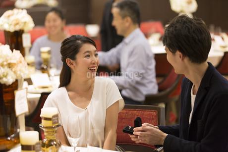 婚約指輪を見て喜ぶ女性の写真素材 [FYI02969674]