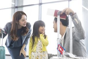 父親と話しをする女の子の写真素材 [FYI02969675]